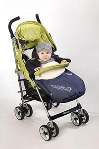 Ребенок в конверте на овчине в коляске